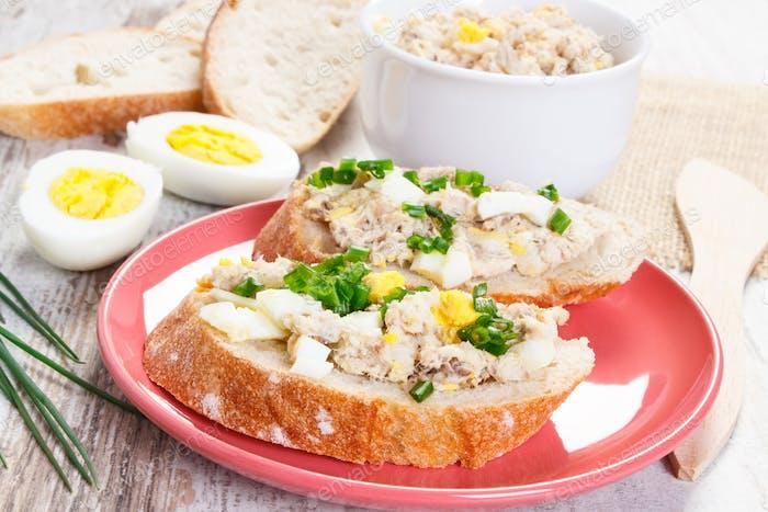 Makrele oder Thunfisch Fischpaste Sandwiches mit Ei und Schnittlauch
