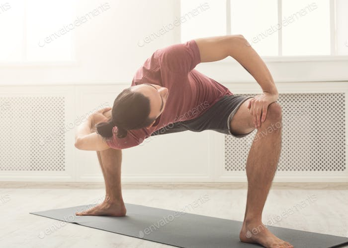 Mann Stretching Rücken und Beine im Fitnessstudio