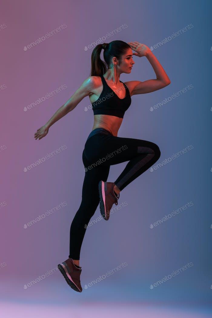 Porträt in voller Länge im Profil der weiblichen Fitnesstrainer wea
