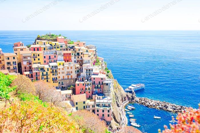 Hermosa vista de la hermosa y acogedora aldea de Manarola desde arriba en la reserva de Cinque Terre