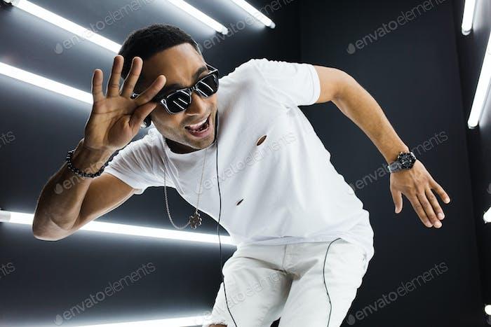 hombre negro bailando con luces de neón