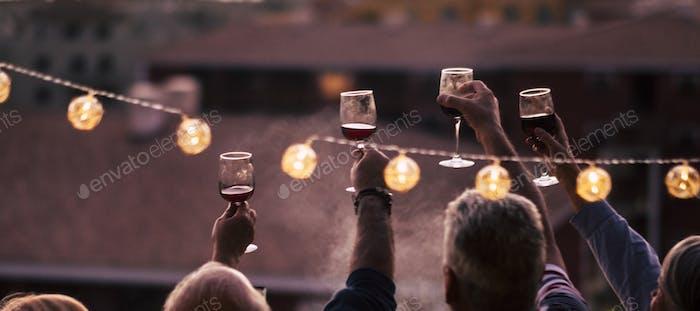 Menschen feiern Nachtlebenskonzept mit einem Glas Rotwein zusammen