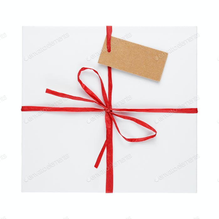 Geschenkbox mit Etikett auf weißem Hintergrund isoliert