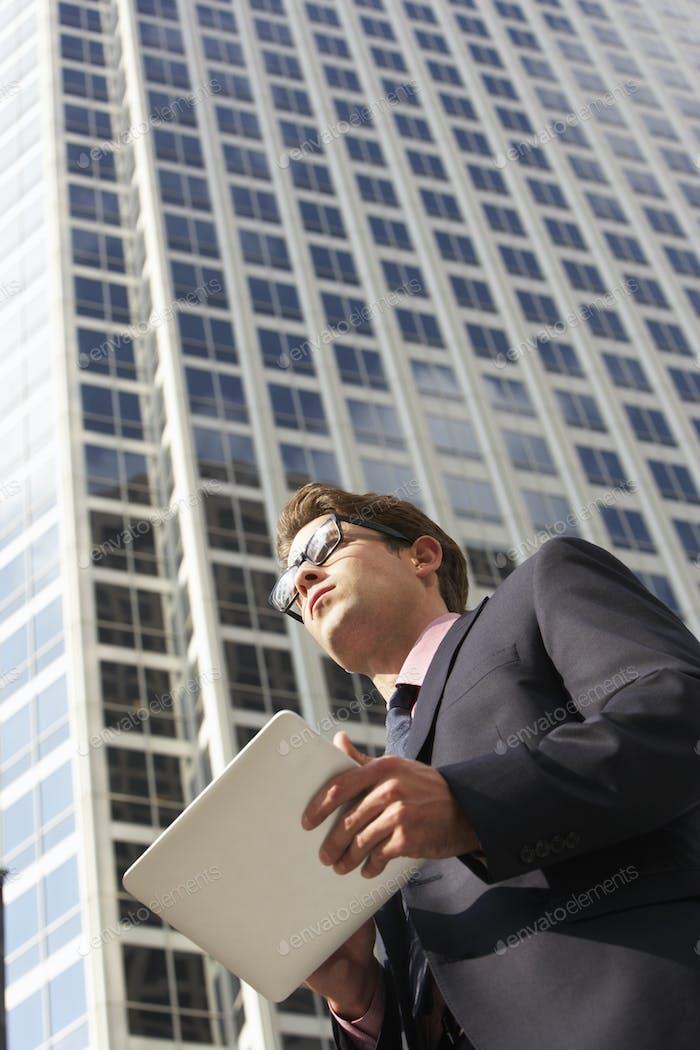 Geschäftsmann Arbeiten auf Tablet-Computer außerhalb des Büros