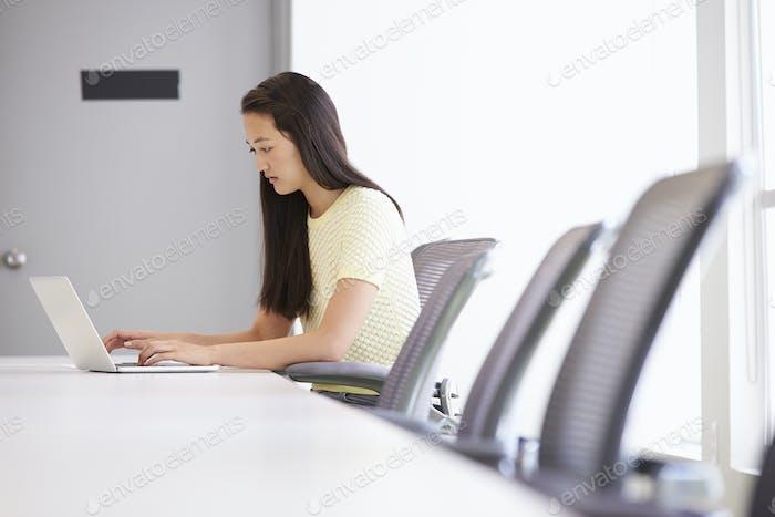 Beiläufig gekleidet Frau arbeiten in design studio