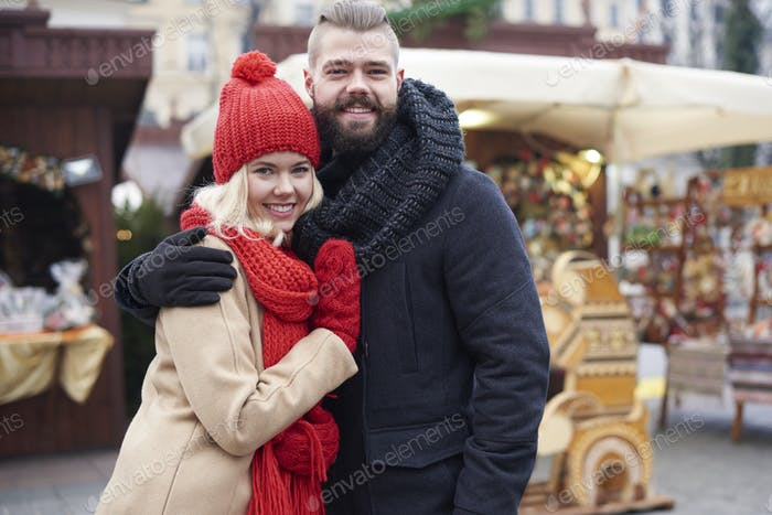 Paar verliebt auf Weihnachtsmarkt