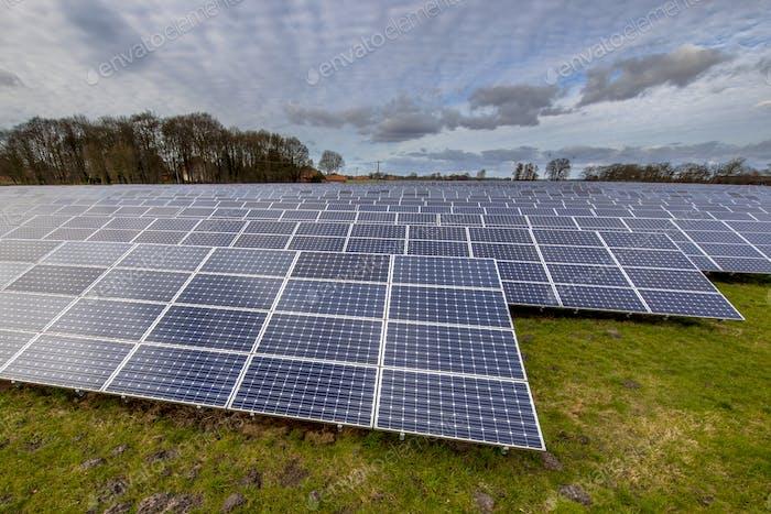 Solarmodule in deutscher Wiese