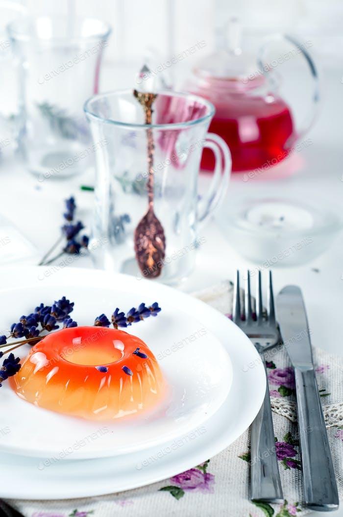 bunte Fruchtgelee-Süßigkeiten auf einem weißen Teller