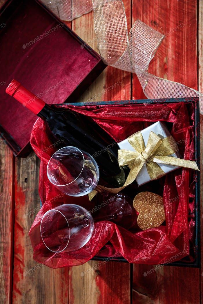 Valentinstag. Rotweinflasche und Gläser in einer Box
