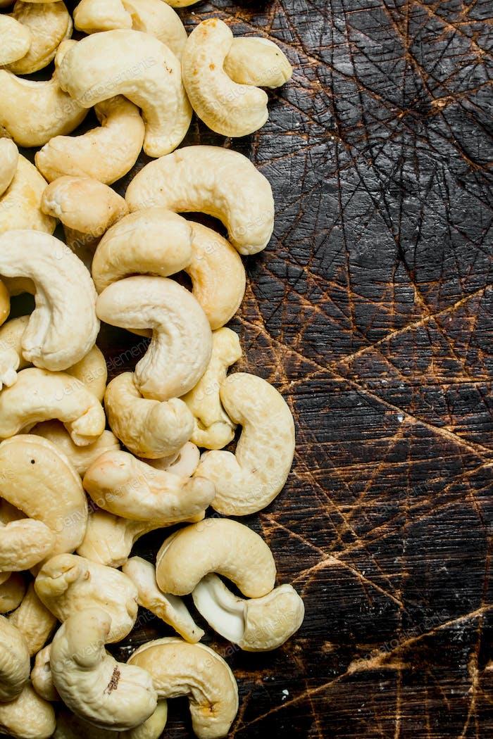 Cashew. Auf einem hölzernen Hintergrund