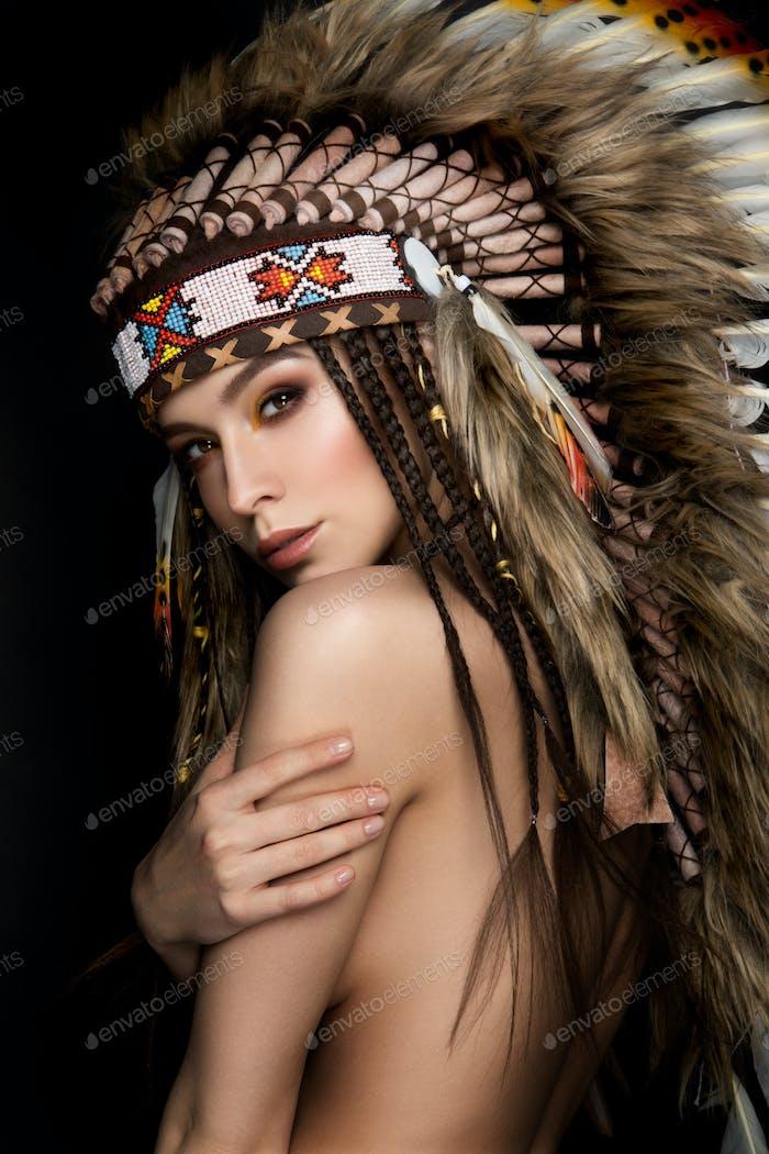 Schöne ethnische Dame mit Plötze auf dem Kopf.