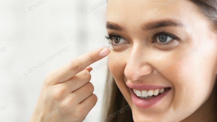 Mujer joven con lentes de contacto, de cerca
