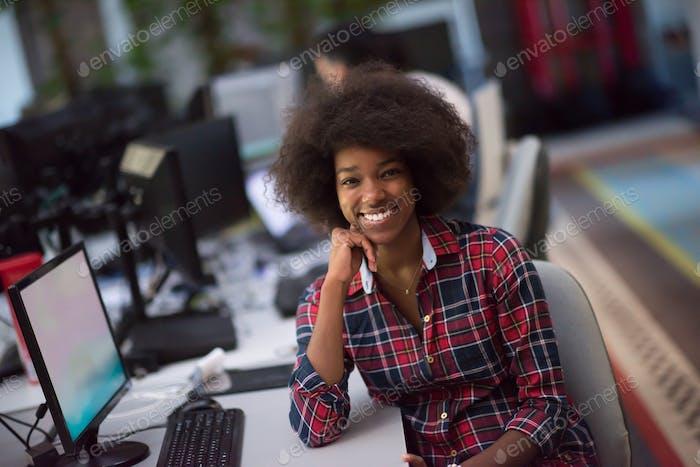 Porträt einer jungen Afroamerikanerin im modernen Büro