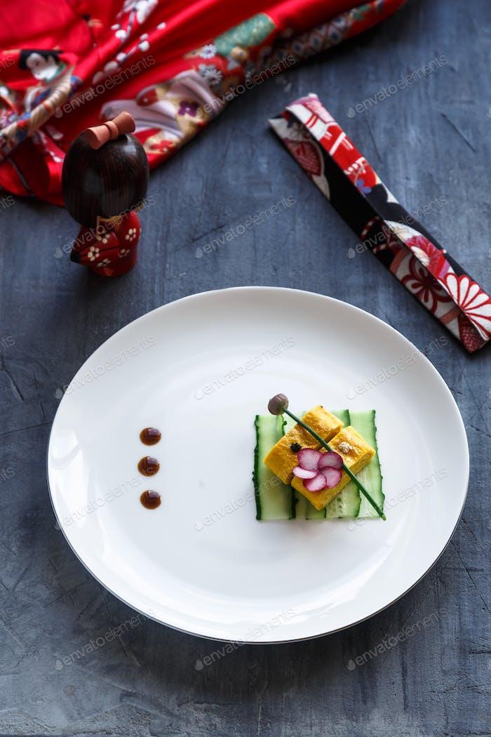Traditionelles Tamagoyaki japanisches Omelett auf einem Teller, Restaurant Gericht
