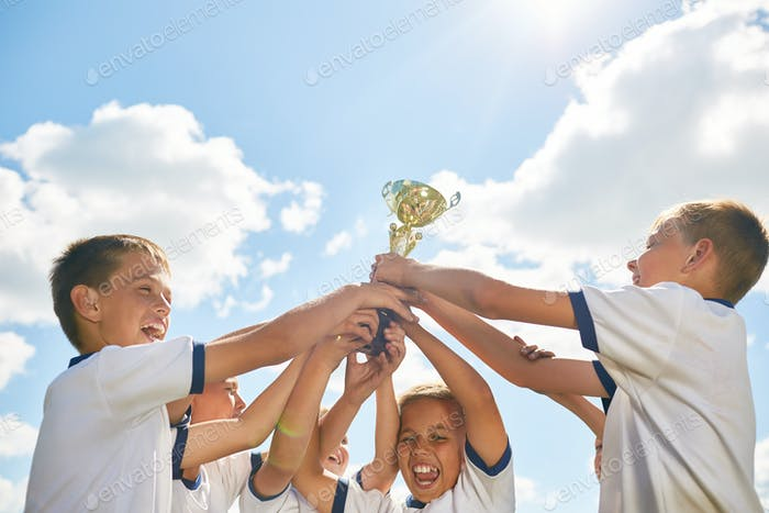 Jungen Sport Team Holding Trophäe