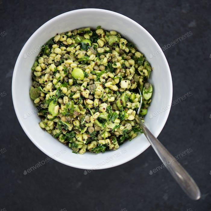 Gesunder und Kräutersalat mit Weizenbeeren und grünem Gemüse
