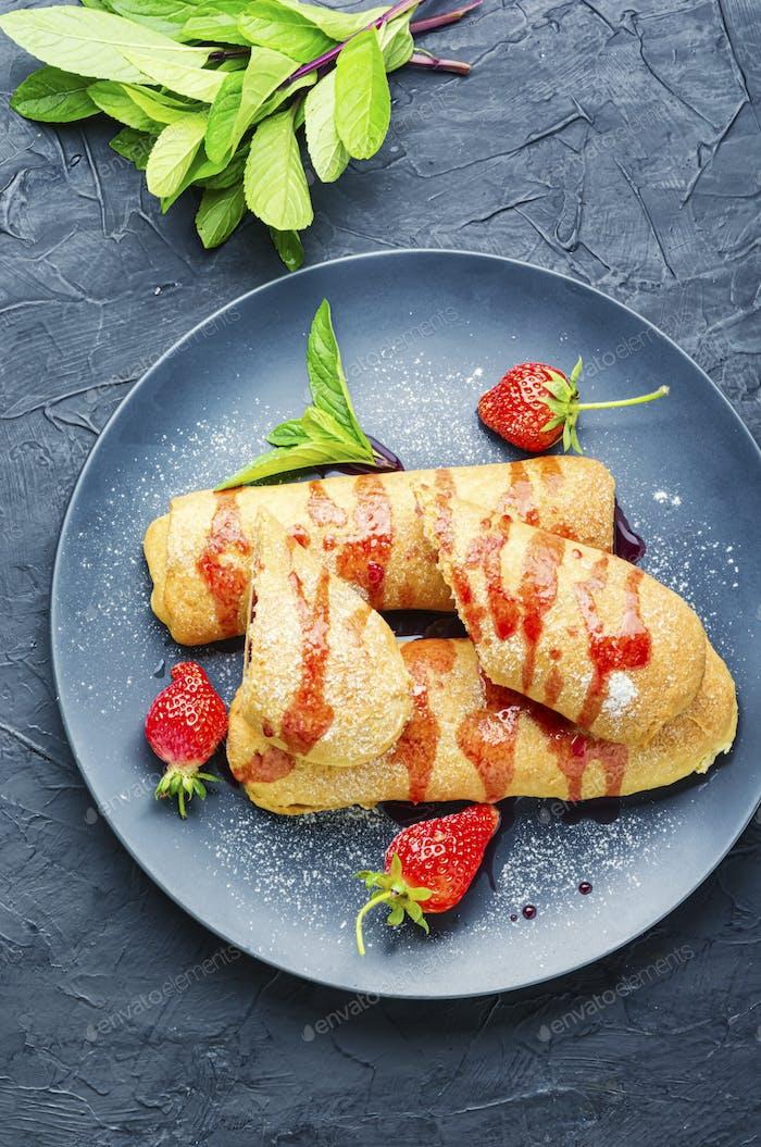 Hausgemachte Kuchen mit Erdbeeren.