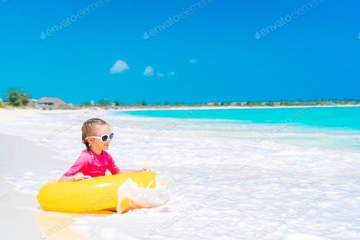 entzückend kleine Mädchen mit Spaß auf die Strand
