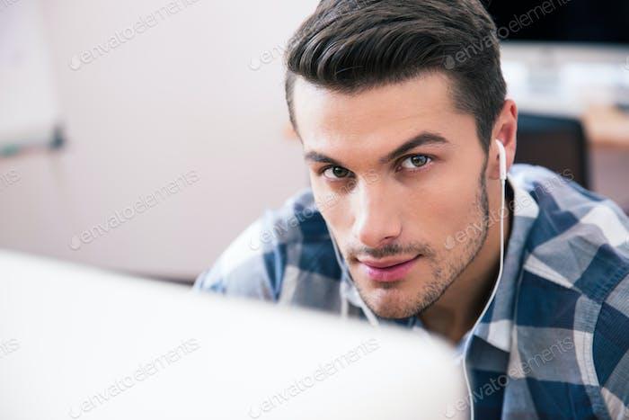 Nahaufnahme Porträt eines schönen jungen Mannes