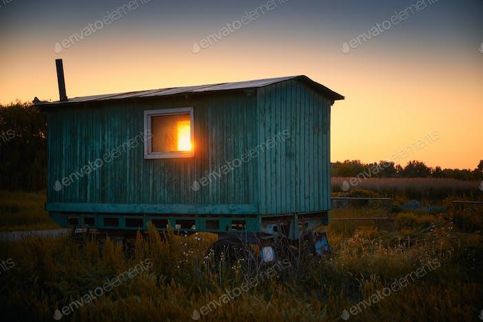 Alte Wohnwagen auf Feld Landschaft Sonnenuntergang