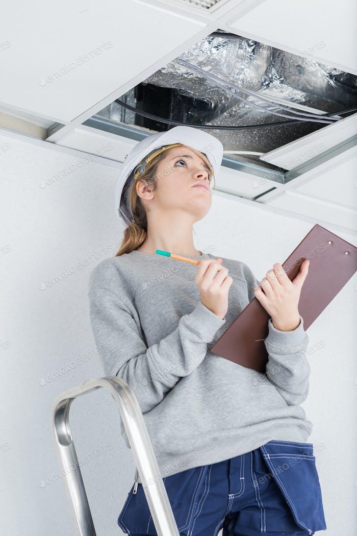 Bauinspektor Überprüfung der Decke
