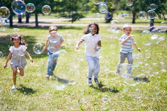 Eingewickelt in fangende Seifenblasen