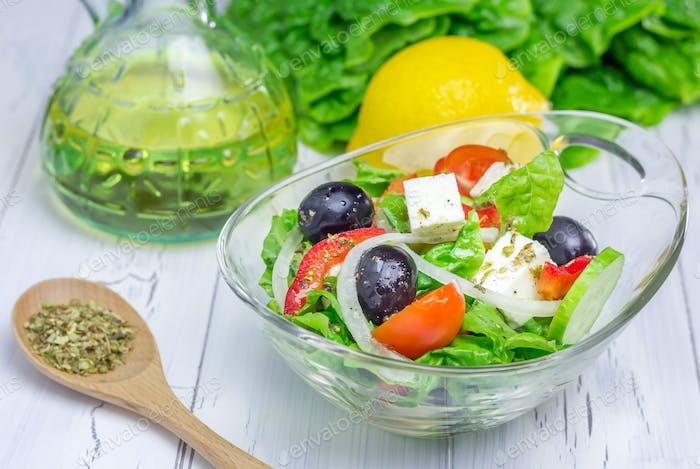 Griechischer Salat in einer Glasschüssel