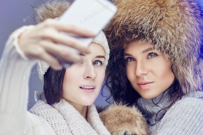 Zwei Frauen in Winterkleidung.