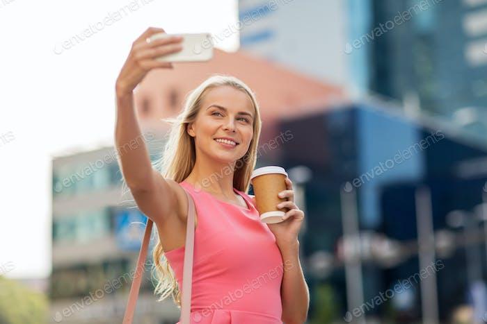Mujer con café Encantador selfie por smartphone