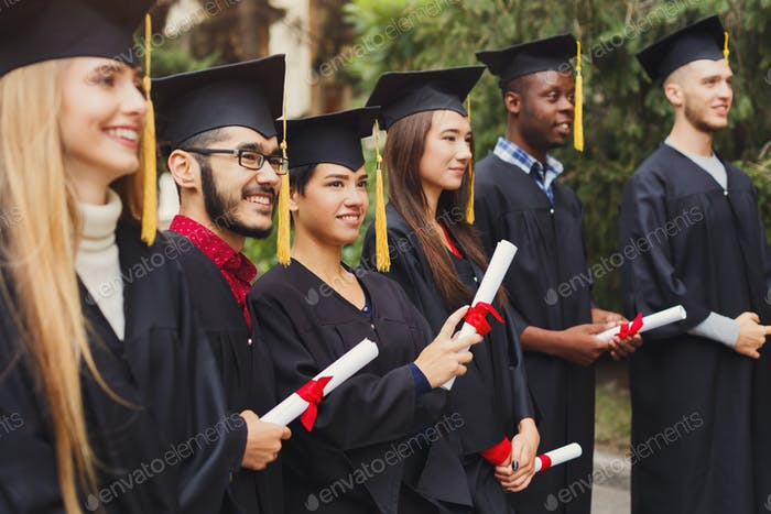 Gruppe multiethnischer Studenten am Graduationstag