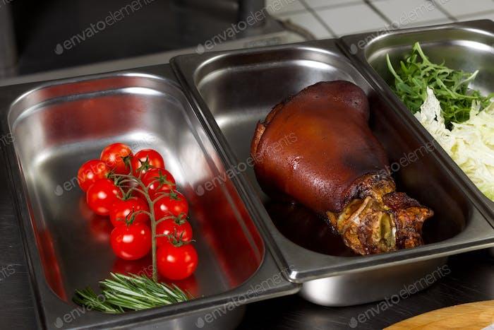 Gemüse, Fleisch, Gewürze, Öl auf einem Tisch, Draufsicht
