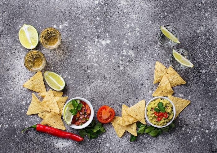 Guacamole, Salsa, Chips Nachos und Tequila