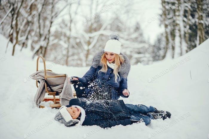 Mutter mit niedlichen Sohn in einem Winter oark