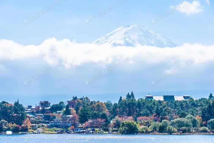 Schöne Landschaft von Berg Fuji mit Ahornblatt Baum um