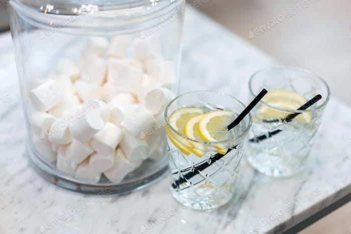 Zitronenwasser und Süßigkeiten.