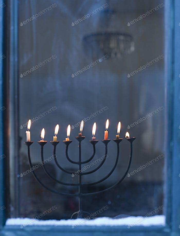 Menorah auf Fensterbank beleuchtet