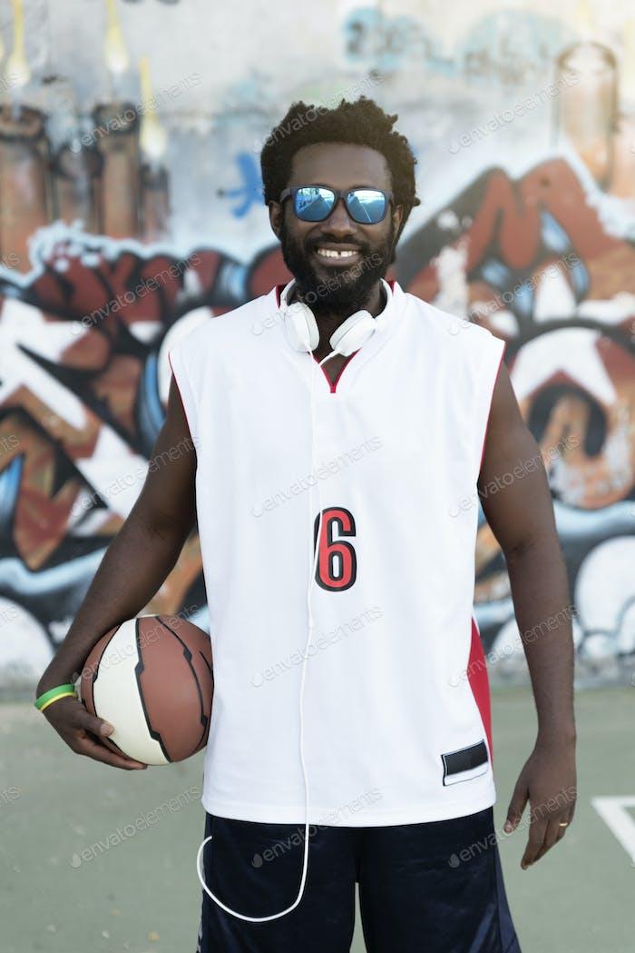 Hombre Negro sosteniendo una pelota de canasta.