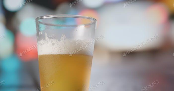 Verser de la bière dans le verre