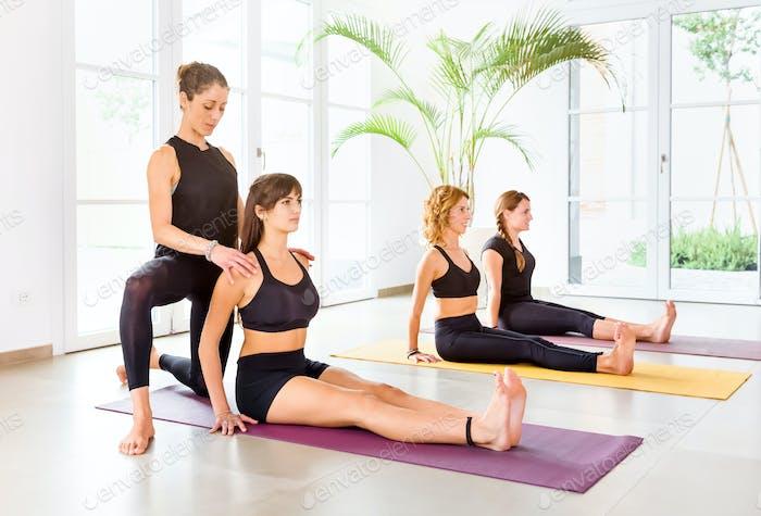 Yogalehrer hilft, Dandasana Pose zu tun