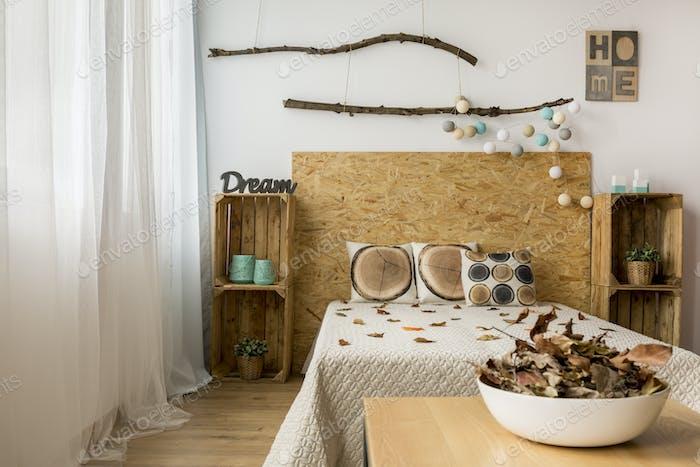 Acogedor dormitorio marrón
