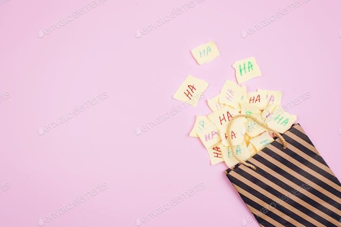 Hintergrund der Aprilscherztag-Feier. Papier-Tasche