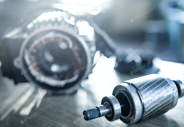 Nahaufnahme von Eisen Industriemotor liegt auf einem Tisch
