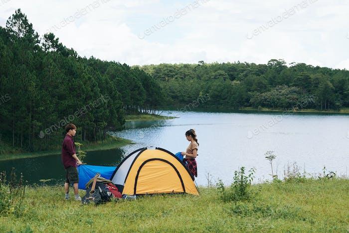 Setting tent