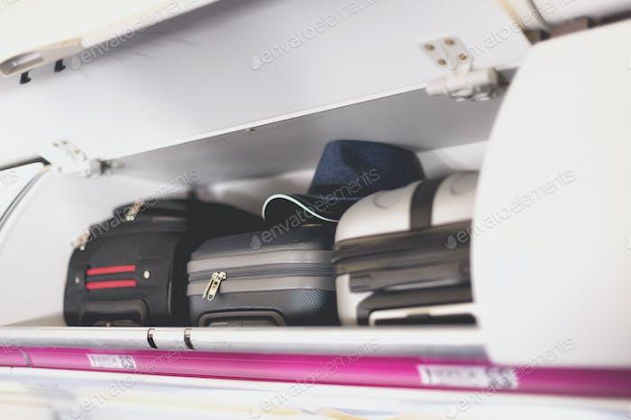 Thumbnail for Handgepäckfach mit Koffern im Flugzeug. Handgepäck auf oberem Regal des Flugzeugs. Reisen