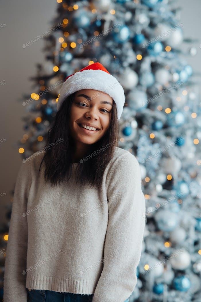 Афро-американка смотрит на камеру дома