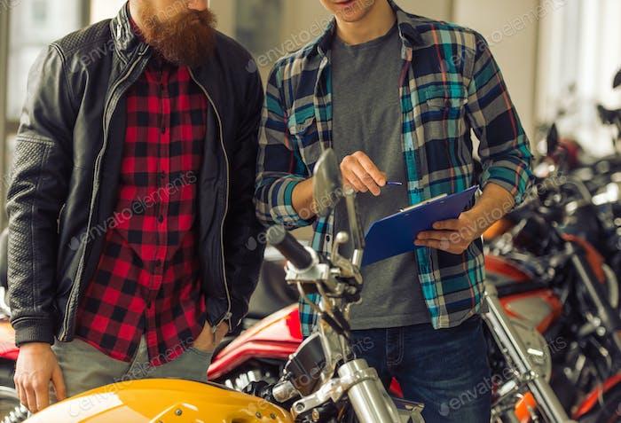 Hombres en el salón de motos