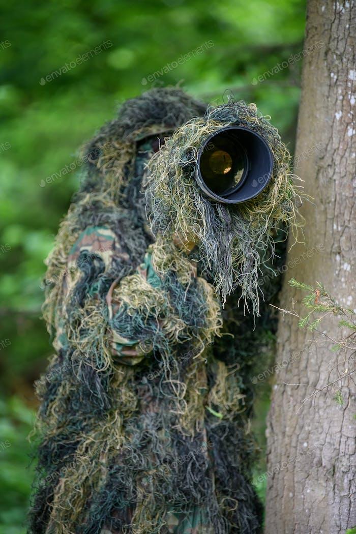 Wildlife Fotograf im Sommer Ghillie Camouflage-Anzug