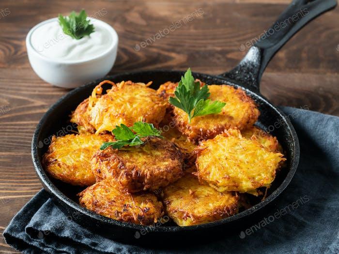 Kartoffeln Pfannkuchen oder Flapjacks auf Holztisch