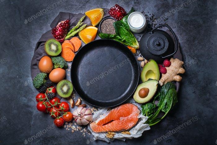 Sortiment an gesunden Lebensmitteln, Superfood Zutaten zum Kochen auf dem Tisch