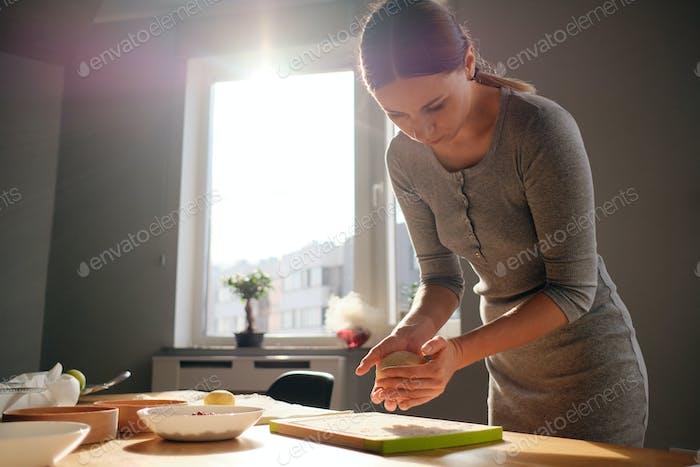 Cocinar masa hecha en casa en un día soleado
